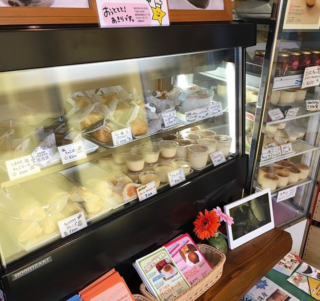 昨日のケーキたち️いちごが終わってショーケースは、プリン色華やかは少ないですが、おいしいお菓子をご用意してお待ちしてます!6周年祭のしあわせチョコケーキまだまだ予約受付です。info!! おっととと!あきらです。Tel.  0258-38-2002住所  新潟県長岡市四郎丸4-7-15  営業時間13時から20時定休日 水曜#おっとととあきらです #しあわせチョコケーキのお店 #長岡 #長岡市 #Nagaoka #Nagaokashi #お菓子 #スイーツ #スウィーツ #instafood #foodstagram #foodie #cake  #sweets #sweet #chocolare #ケーキ #バースデーケーキ #チョコケーキ #choco#手作りケーキ #誕生日プレゼント #プレゼント #デザート#チョコ#しあわせ#6周年祭#周年祭予約受付中